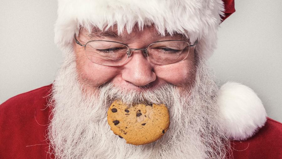 Jedes Jahr zu Weihnachten stellst du dir die gleiche Frage: Über was sollen wir sprechen? Smalltalk unterm Weihnachtsbaum ist eine echte Herausforderung...