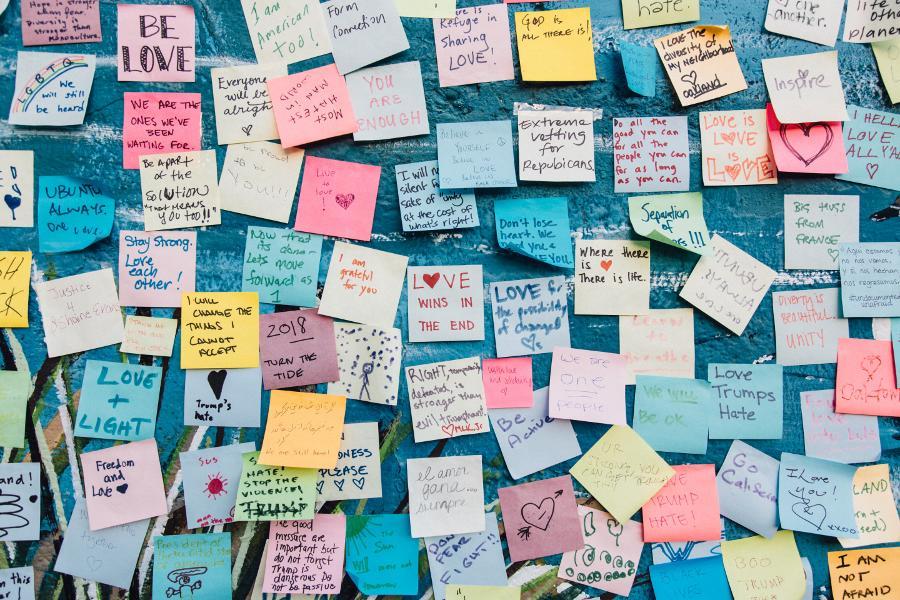Zettelchaos: Jeder Student kennt es. Und jeder Student hat es. Alle Menschen, die Denk- und Schreibarbeiten ausführen, benutzen Zettel für Notizen...