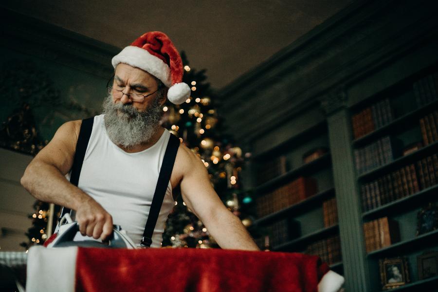 Arbeiten an Weihnachten muss nicht das Ende deiner Festtage bedeuten. Mit diesen Tipps behältst du deine Weihnachtsstimmung und bleibst motiviert.