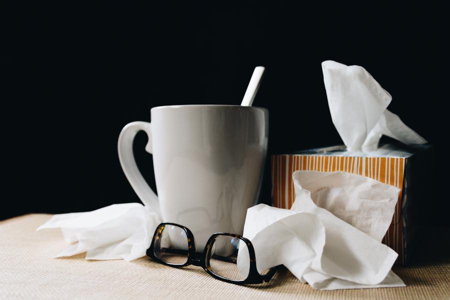 Viele Studenten müssen sich auf ihre Prüfungen vorbereiten, obwohl sie krank oder erkältet sind. Wie du trotz Erkältung konzentriert lernen kannst, zeige ich dir in diesem Artikel
