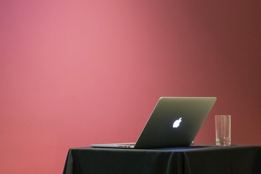Die Verteidigung deiner Bachelorarbeit, Masterarbeit oder Seminararbeit ist nach der Videokonferenz zwar abgeschlossen, doch du solltest deine Präsentation selbst auswerten. Damit kannst du wertvolle Schlüsse für weitere Online-Prüfungen oder zukünftige Präsentationen einer Abschlussarbeit oder Studienarbeit ziehen.