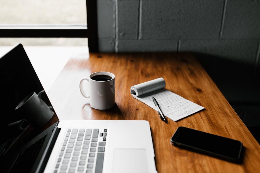 Bei der Online-Präsentation einer Studienarbeit per Videokonferenz müssen einige Besonderheiten beachtet werden. Diese Tipps helfen dir bei der Verteidigung