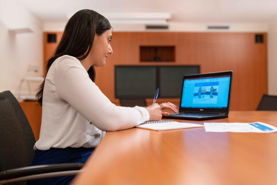 Während du deine Bachelorarbeit, Masterarbeit oder Seminararbeit per Videokonferenz präsentierst, solltest du dich an einige Grundregeln halten. Wie die Online-Verteidigung deiner Abschlussarbeit gelingt, zeigen dir die folgenden Tipps.