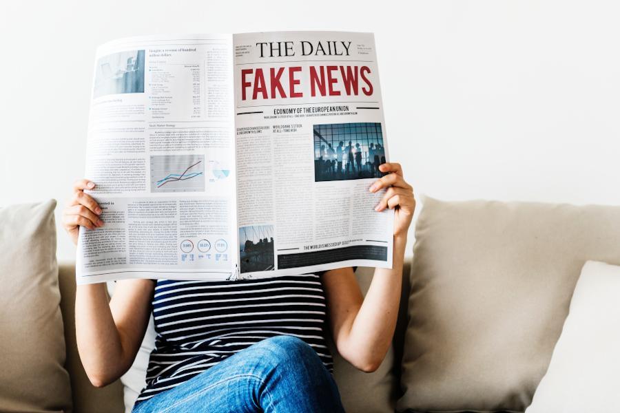 Das Konzept der drei Siebe von Sokrates hilft dir dabei, relevante Informationen zu erkennen. So filterst du die tägliche Nachrichtenflut und sparst Zeit.